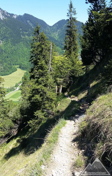 Schmaler Pfad in steilem Gelände
